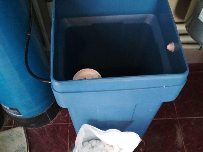 Чистка и промывка реагентного бака в системе умягчения воды